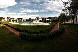 Vista della piscina dal giardino